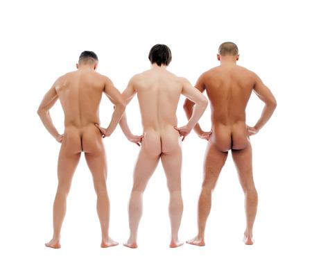 Tres hombres desnudos musculosos posando espalda a la cámara, aislado en blanco