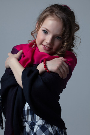niño modelo: Retrato de poco sorprendente modelo posando a la cámara, primer plano