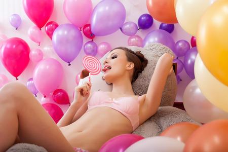 fille sexy: Studio, coup sexy jeune femme lèche lollipop