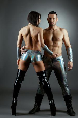 seins nus: Danseurs de strip-tease sexy posant topless, sur fond gris Banque d'images