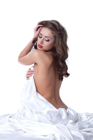 naked young women: Изображение чувственной женщины позируют голышом, прикрываясь листа Фото со стока