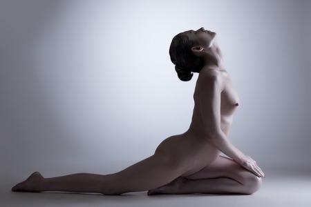 cuerpos desnudos: Concepto de equilibrio interior Mujer desnuda posando en el estudio