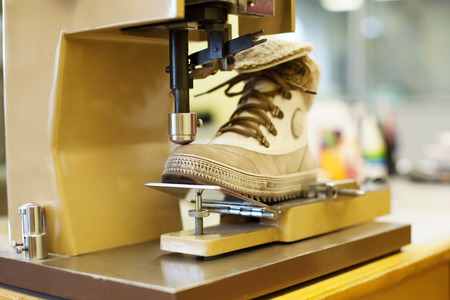 Production of brown demi-season boots, close-up Stockfoto