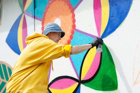 hombre pintando: Imagen de la pintada pintura del hombre joven centrada en la pared Foto de archivo
