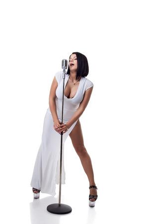 tetona: Cantante tetona magnífica que presenta con micrófono en el estudio