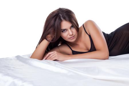 mujeres negras desnudas: Imagen de seductora morena posando delgada en la cama