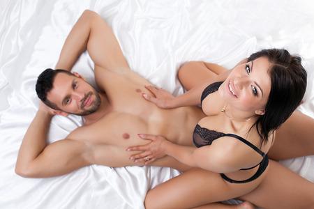 young couple sex: Изображение улыбается сексуальных партнеров позирует, глядя на камеру
