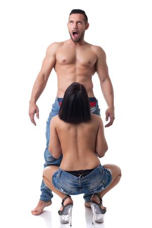 sexo pareja joven: Amantes hermoso que tiene sexo oral en el estudio, aislados en blanco
