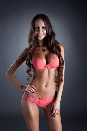 niñas en ropa interior: Imagen de la alegre chica bronceada anuncia ropa interior rosa