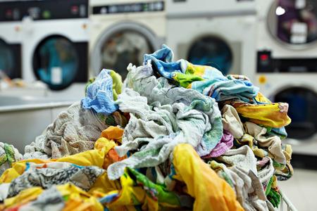 servicios publicos: Pila de ropa sucia en la lavandería, primer plano Foto de archivo
