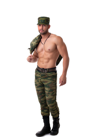 militaire sexy: Sexy soldat à moitié habillé posant la caméra, isolé sur blanc