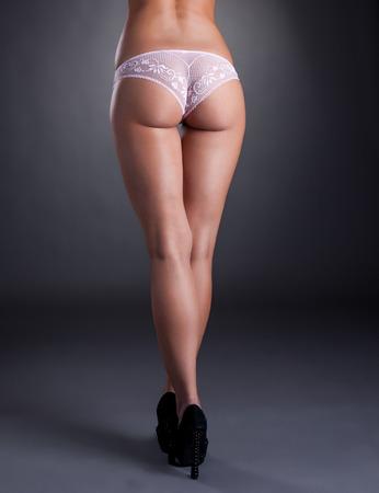 culo donna: Vista posteriore del modello leggy con culo elastico, close-up