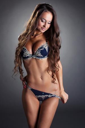 niñas en ropa interior: Imagen del modelo tetona seductora se quita las bragas