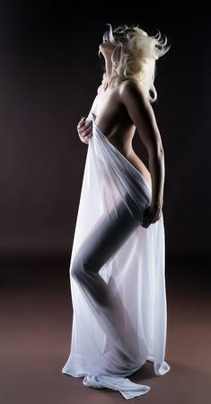 Studio shot di cornea bionda posa con un panno bianco