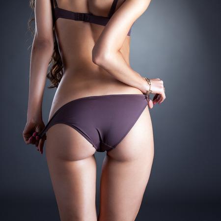 asno: Imagen del culo de modelo en bragas, primer plano