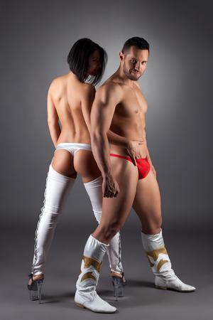 nackter junge: Bild von spielerischen topless Frau streichelt ihre Tanzpartner Lizenzfreie Bilder