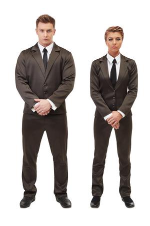jovenes empresarios: Empresarios j�venes posando con los brazos cruzados, aislados en blanco Foto de archivo