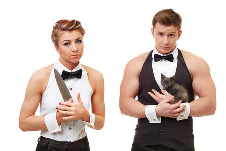 deceptive: Concept van bedrieglijke schijn. Leuk meisje met mes en brutale man met kitten