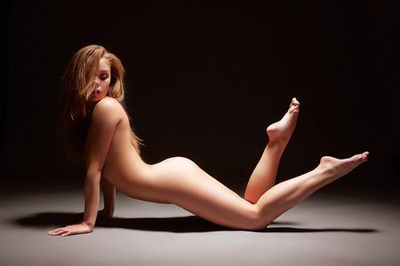femme noire nue: Studio, coup harmonous jeune femme pose nue