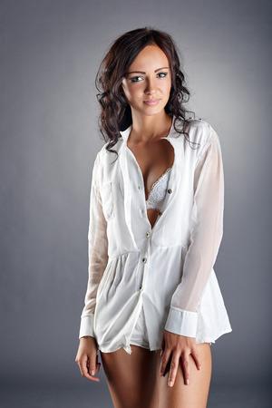 Bild der verführerische junge Frau in Bluse aufgeknöpft