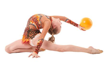 gimnasia ritmica: Gimnasia de arte. Flexible de la muchacha que se realiza con la bola, aislado en blanco