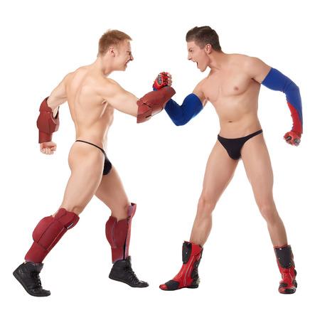 seminude: Immagine di supereroi seminude che lottano in studio, isolato su bianco