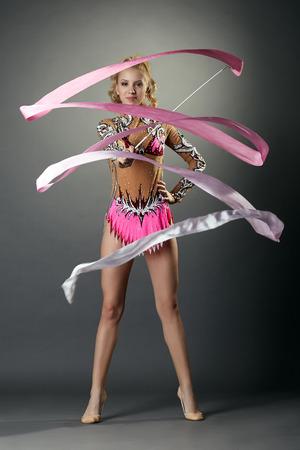 gymnastique: Gymnastique rythmique. Danse jolie blonde avec un ruban