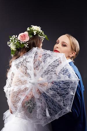 boda gay: Idea del matrimonio entre personas del mismo sexo. La guapísima novia y el novio, primer plano