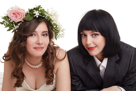 lesbianas: Sonreír recién casados ??presentan en la cámara. Concepto del matrimonio gay