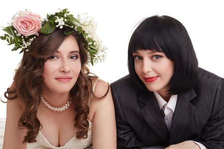 c�r�monie mariage: Sourire mari�s posant la cam�ra. Concept du mariage homosexuel Banque d'images