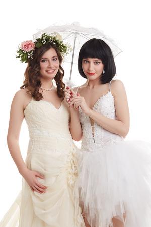 boda gay: Hermosas novias presentan en la cámara. Concepto de la doble boda Foto de archivo