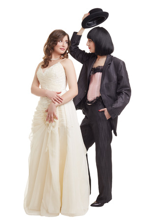 boda gay: Concepto de la boda lesbiana. Modelos elegantes posando en trajes de novia