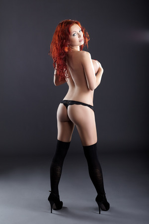 topless: Tir Stusio des rousse femme posant topless en string