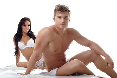 cuerpos desnudos: Imagen de hombre sexy con su novia posando en estudio Foto de archivo
