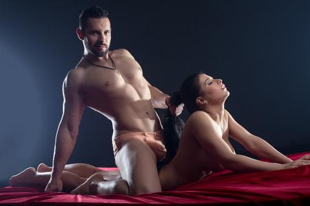 männer nackt: Herrschsüchtig macho leidenschaftlich Sex mit seiner Geliebten Lizenzfreie Bilder