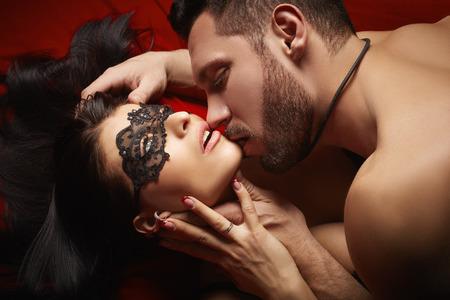 femme sexe: Amant dominatrice embrasse passionnément sa soumission sexy