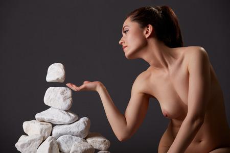 cuerpos desnudos: Concepto de autodescubrimiento. Mujer desnuda tiene telequinesis