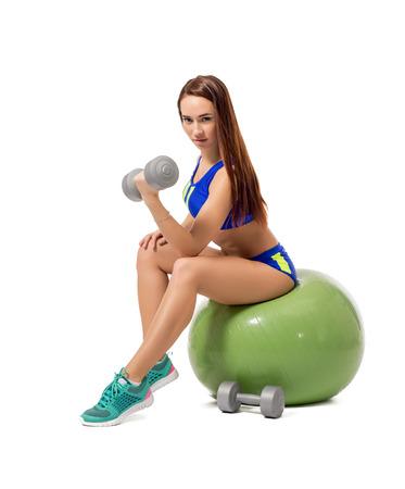 mujer deportista: Imagen de la mujer atleta lindo ejercicio con pesas