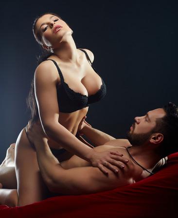 sexuales: Hombre sexy mirando a busto de su apasionada amante Foto de archivo