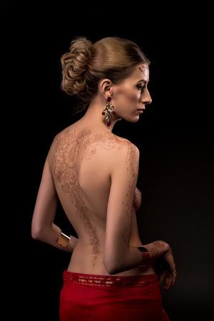 mujeres eroticas: Sexy mujer en topless con el patr�n mehndi hermosa en la espalda