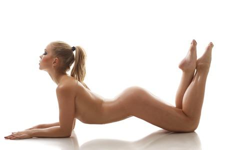 mujeres eroticas: Fitness. Chica desnuda delgada que presenta miente en estudio, aislado en blanco