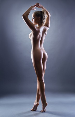 modelo desnuda: Imagen de graciosa chica desnuda posando de nuevo a la cámara