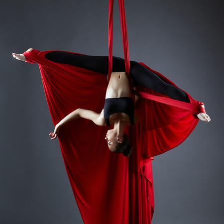 tela seda: Imagen del bailarín agraciado en sedas aéreas posando al revés