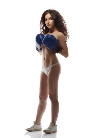 corps femme nue: Mod�le � moiti� nu posant dans des gants de boxe, isol� sur blanc