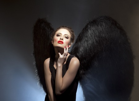 fantasy makeup: Imagen de la hermosa diablesa con expresión lánguida en su cara