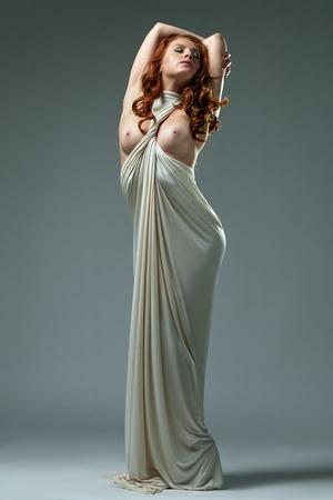 Imagen de la mujer majestuoso con pechos desnudos posando como estatua Foto de archivo - 43423212