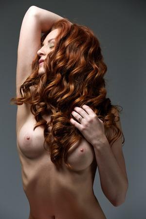 hot breast: Кудрявые рыжая красавица позирует с обнаженными грудями совершенных
