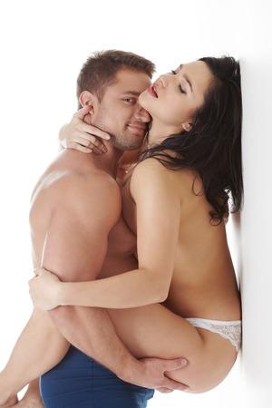 young couple sex: Страстные пары позирует в студии. Человек улыбается на камеру