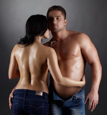 Tiro del estudio de los amantes guapos con cuerpos sudorosos perfectos Foto de archivo