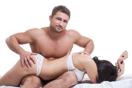 young couple sex: Мускулистый мужчина ставит сексуальная девушка на коленях и ласкает ее задницу